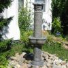 Springbrunnen in Säulenform mit Vierjahreszeitn-Gesichtern - für verträumte Gärten und alte Herrenhäuser.