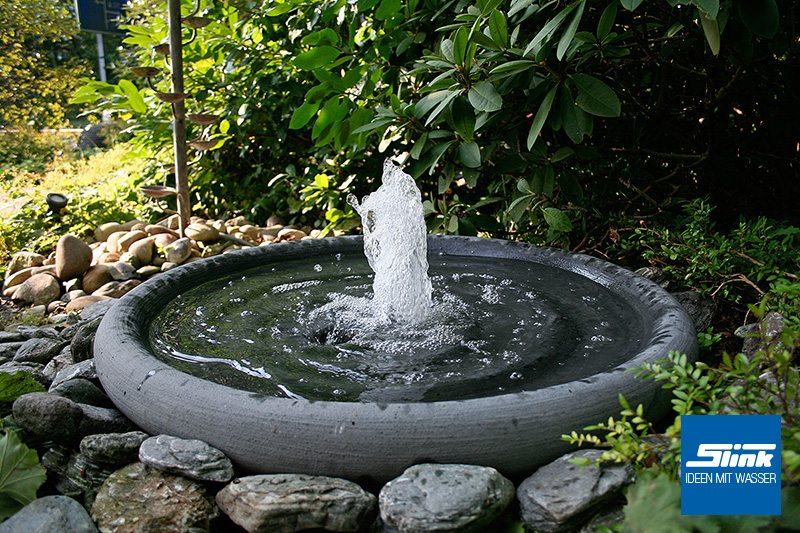 wasserspiel f r garten brunnen f r den garten springbrunnen wasserspiel solarbrunnen. Black Bedroom Furniture Sets. Home Design Ideas