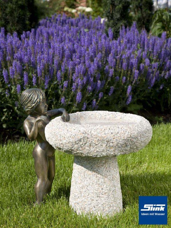 Granit-Vogeltränke Fides mit Bronzefigur Silas