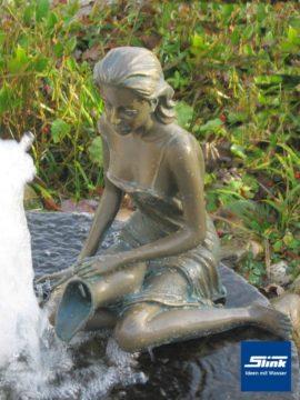 Bronzefigur Elonie wasserspeiend