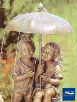Bronzefigur Regenschirmidylle wasserspeiend