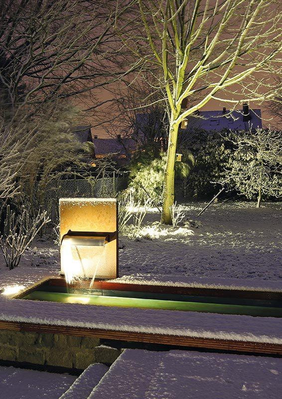 Cortenstahl-Wasserfall Garten mit Beleuchtung Teichbecken im Winter