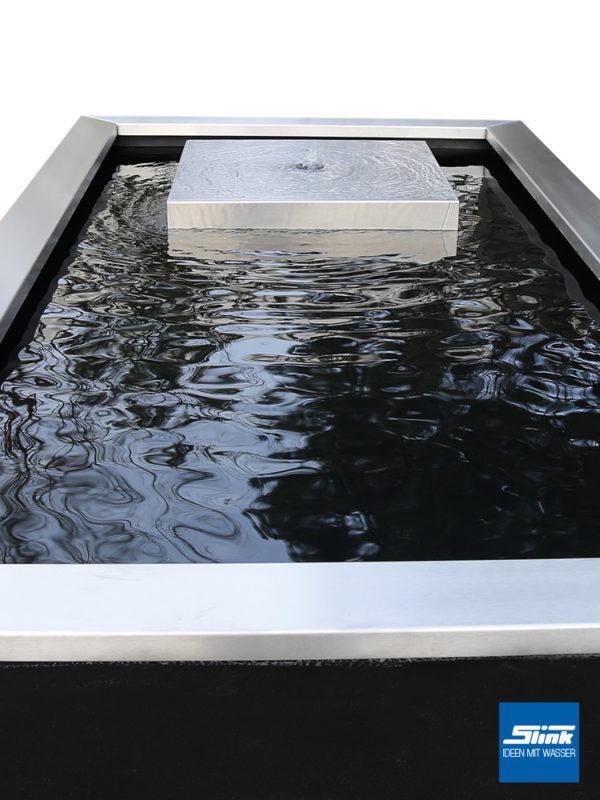 Edelstahl-Gartenbrunnen der Extraklasse - ein Edelstahl-Kubus in einem rechteckigen Teichebcken aus GFK