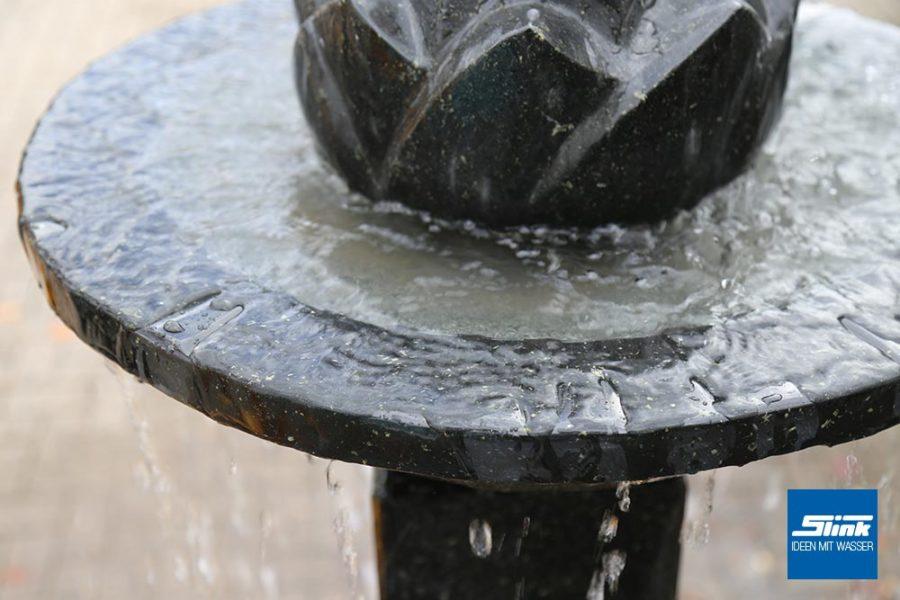 Standbrunnen, klassischer Springbrunnen. Stufenbrunnen, Steinbrunnen, Granitbrunnen