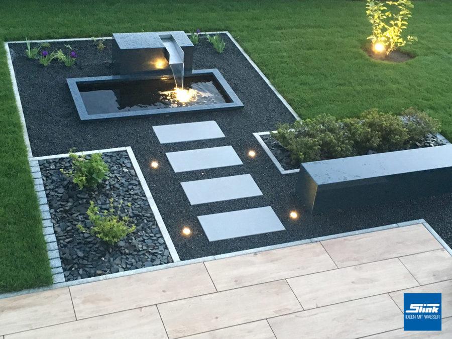 Designer-Gartenwasserfall in moderner Form mit großem, rechteckigen GFK-Wasserbecken