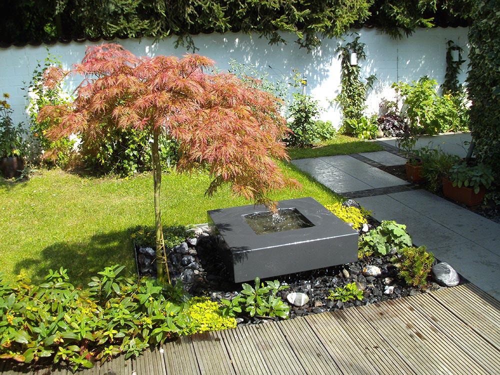 Schöner Gartenbrunnen zusammen mit japanischer Gartengestaltung