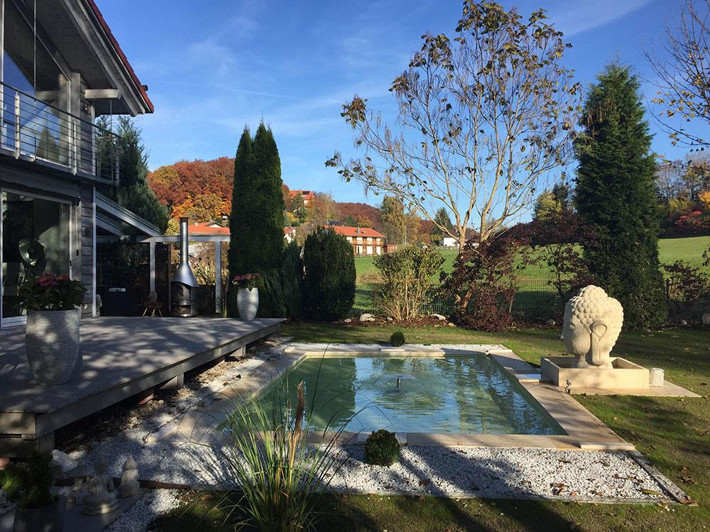 Großes rechteckiges Wasserbecken GFK Teich formal angelegt Japan Buddhastatue