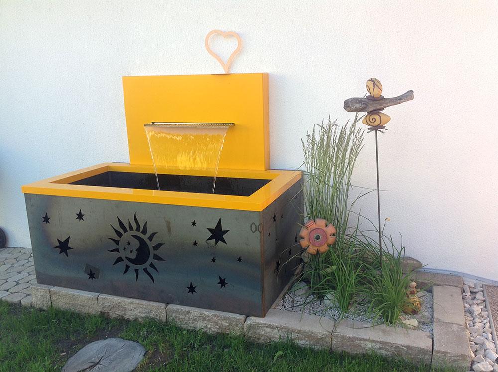 Garten-Wasserfall Wandbrunnen gelb Kunst im Garten Idee Wasser Design