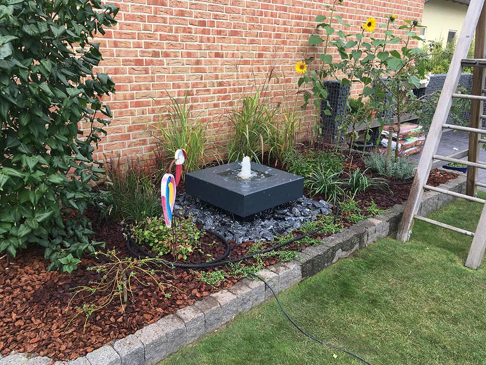 Anthrazitfarbener Gartenbrunnen Mit Schwebender Optik