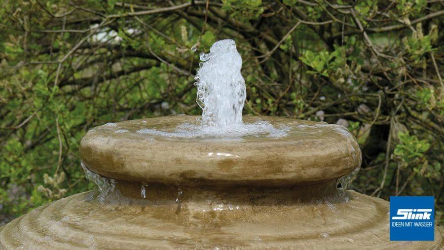 Brunnen mit geriffelter Oberfläche, Amphorenbrunnen, Krugbrunnen, asiatischer Gartenspringbrunnen, Zierbrunnen hell mit Becken, Wasserquell