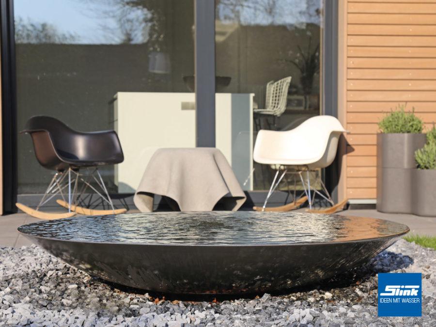 Wasserschale auf der Terrasse als leider Terrassenbrunnen für Zen-Gärten
