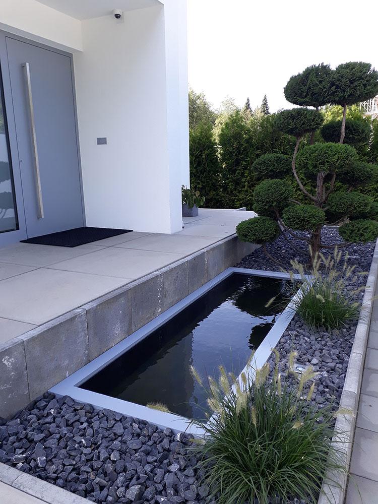 Reflecting Pool vor dem Eingangsbereich mit passender Beckenrandabdeckung