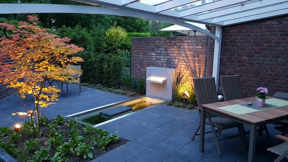 Architektonisches Gartenbecken mit Terrassen-Wasserfall in durchdachter Gartengestaltung