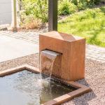 Rechteckiges GFK-Wasserbecken, Teichbecken, Cortenbrunnen, Wasserfall, Teichbecken rechteckig, modernes Gartendesign, Ideen Garten modern