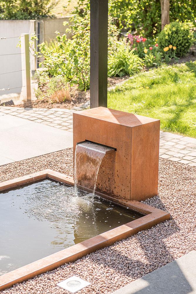 REF_Slink_Cortenstahlbrunnen_Corten-Wasserfall_mit_architektonischem_Teichbecken_Crtenstahlumrandung_Gartendesign_Luxus_Ideen_2