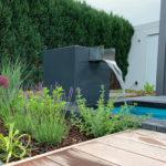 Garten-Wasserfall, Gartenbrunnen, Aluminiumbrunnen, Design, moderne Gartengestaltung, Trend 2020