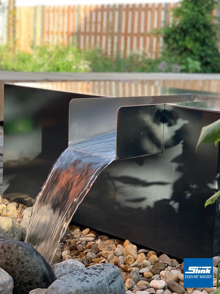 Design-Wasserfall. Edelstahl-Schütte, Wasserfall Garten, moderner Springbrunnen