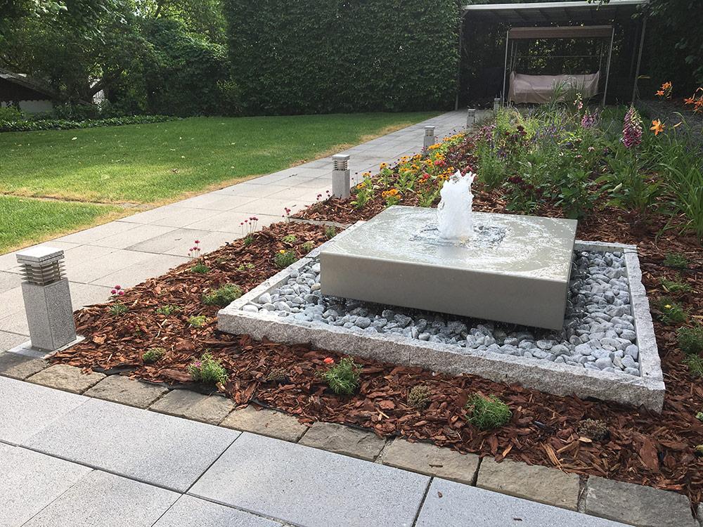 Designer-Gartenbrunnen in grau, Springbrunen, Wasserobjekt für den Garten, Fontäne, Ideen Garten, Gartenideen