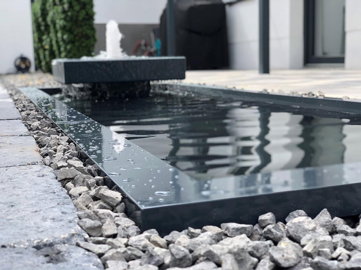 REF_Slink_Alumento_in_Wasserbecken_architektonisch_formal_Gartendesign_modern_Springbrunnen_Terrassengestaltung_02