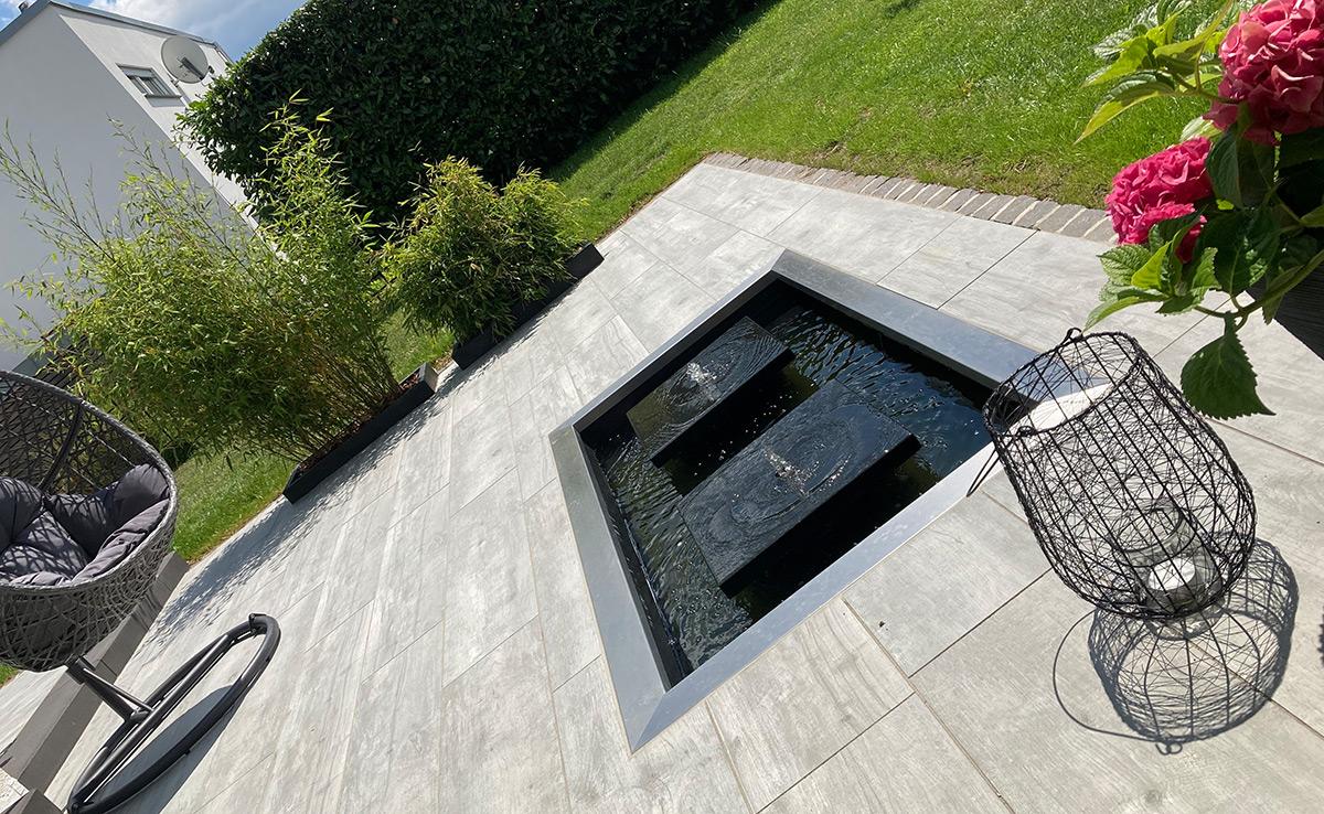 Gartenbrunnen in GFK-Rechteckbecken, Quellsteine, Wassertisch, Terrassenbrunnen, Gartendesign, Wasser im Garten, Referenz