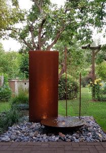 Cortenstahl-Wasserschale, Cotenschale, beleuchtet, Cortenwand, Wasserwand, Gartenbrunnen