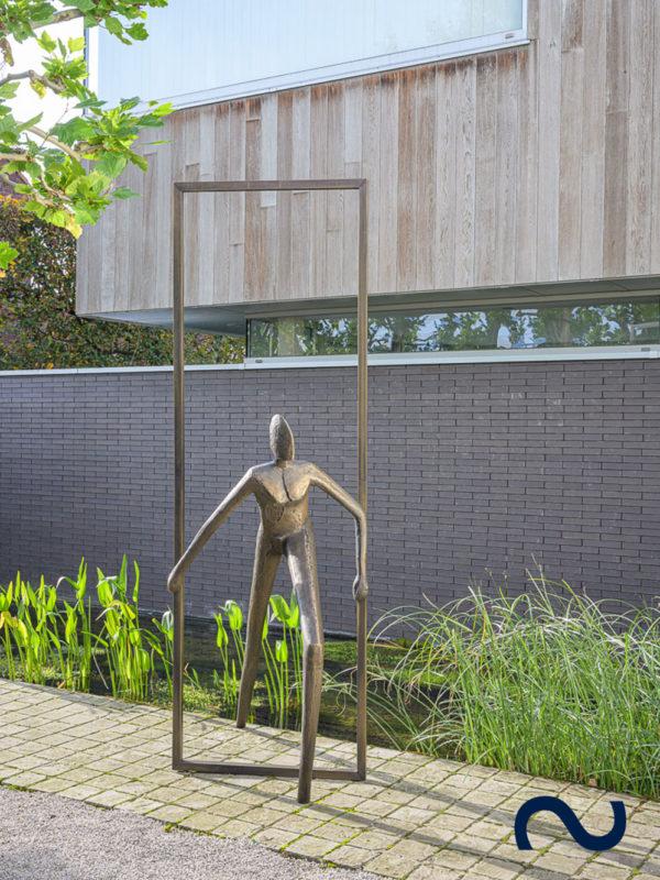 Slink Into Freedom by Guy Buseyne limitiert Bronzeskulptur Figur Garten gross Kunst