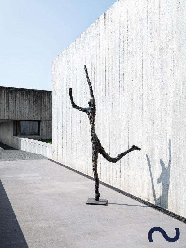 Slink Skulptur Garten groß Bronzefigur Bronzeskulptur Gartenkunst Ann Vrielinck